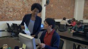 非裔美国人的女商人给纸亚裔人同事 股票录像