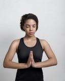 非裔美国人的女子实践的瑜伽在家 库存照片