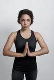 非裔美国人的女子实践的瑜伽在家 免版税图库摄影