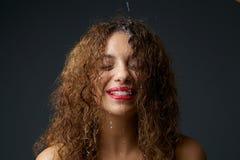 非裔美国人的女孩用滴下在面孔下的水 免版税库存图片