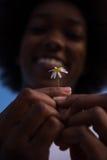 非裔美国人的女孩画象有一朵花的在她的手上 库存图片