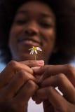 非裔美国人的女孩画象有一朵花的在她的手上 免版税库存图片