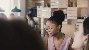 非裔美国人的女实业家在办公室会议上 不同种族的健康办公室 玻璃特写镜头的4K女性球队教练 股票视频