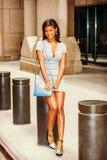 年轻非裔美国人的女实业家街道时尚在纽约 库存图片