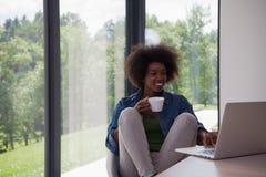 非裔美国人的妇女在客厅 图库摄影