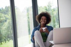 非裔美国人的妇女在客厅 库存图片