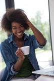 非裔美国人的妇女在客厅 免版税库存照片