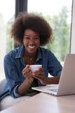 非裔美国人的妇女在客厅 免版税库存图片