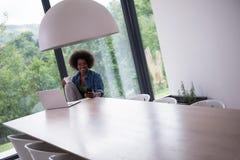 非裔美国人的妇女在客厅 免版税图库摄影