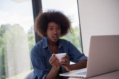 非裔美国人的妇女在客厅 库存照片