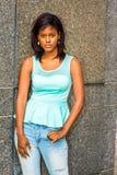 年轻非裔美国人的妇女松弛外部在纽约 免版税库存照片