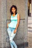 年轻非裔美国人的妇女松弛外部在纽约 库存照片