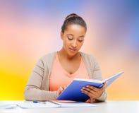 非裔美国人的学生女孩读书课本 图库摄影