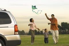 非裔美国人的家庭飞行风筝 免版税库存照片