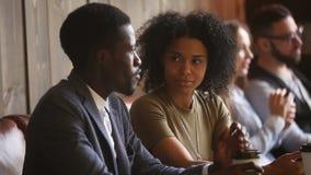 非裔美国人的年轻人和妇女谈话在咖啡馆 股票录像