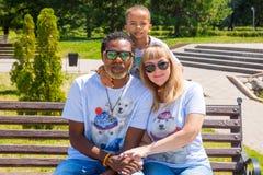 非裔美国人的愉快的家庭:黑人父亲、妈妈和男婴自然的 为儿童,做父母或者爱概念使用它 库存照片