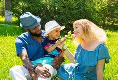 非裔美国人的愉快的家庭:黑人父亲、妈妈和男婴自然的 免版税库存图片