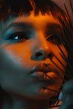 年轻非裔美国人的有危险针的女孩感人的嘴唇 图库摄影