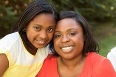 非裔美国人的母亲和她的女儿 免版税图库摄影