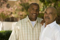 非裔美国人的父亲和他的成人儿子 库存图片