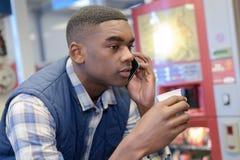 非裔美国人的男性工作者有咖啡休息在办公室 免版税图库摄影