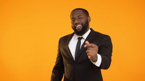 非裔美国人的男性是做跳舞的运动,广告的正装 股票录像