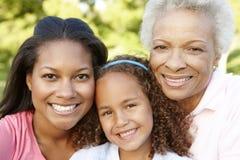 非裔美国人的祖母、放松在Pa的母亲和女儿 免版税图库摄影