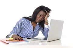黑非裔美国人的种族挫败了工作在重音的妇女在办公室 免版税库存照片