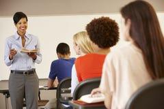 非裔美国人的老师教学在前边类  免版税库存图片