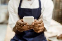 非裔美国人的面包师播种的射击用在面粉报道的手 免版税库存图片