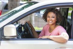 非裔美国人的驾驶汽车的女孩少妇 免版税库存图片