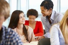 非裔美国人的类的老师帮助的学生 免版税库存照片