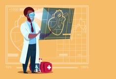 非裔美国人的Cardiologist Examining Digital Heart医生穿戴虚拟现实玻璃诊所工作者 免版税图库摄影