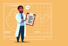 非裔美国人的Holding Clipboard With Analysis医生结果和诊断诊所工作者医院 库存照片
