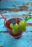 非酒精水果的鸡尾酒由与冰块的桃红色葡萄制成 库存照片