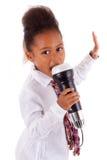 非洲亚裔逗人喜爱的女孩唱歌的一点 图库摄影