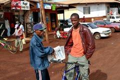 非洲黑人人在一条农村街道上站立 库存图片