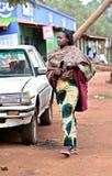非洲黑人妇女在雨披和五颜六色的礼服穿戴了 免版税库存图片