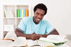 年轻非洲人学习 免版税图库摄影