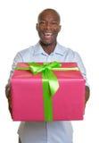 非洲人实施他的圣诞节礼物 免版税图库摄影