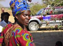 非洲人给五颜六色的纵向妇女穿衣 免版税库存照片