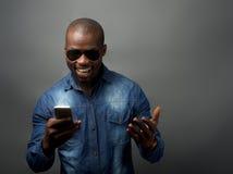 非洲人被激发在手机 免版税库存照片