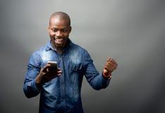 非洲人被激发在手机 免版税图库摄影