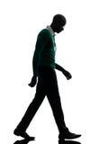 非洲黑人走的看在哀伤的剪影下 免版税库存图片