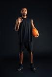 非洲体育供以人员拿着篮子球和显示好姿态 免版税库存照片