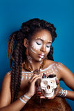 非洲例证样式向量妇女 种族首饰的可爱的少妇 接近的纵向 一名妇女的画象有一张被绘的面孔的 免版税库存图片