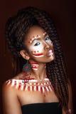 非洲例证样式向量妇女 种族首饰的可爱的少妇 接近的纵向 一名妇女的画象有一张被绘的面孔的 库存照片