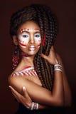 非洲例证样式向量妇女 种族首饰的可爱的少妇 接近的纵向 一名妇女的画象有一张被绘的面孔的 库存图片