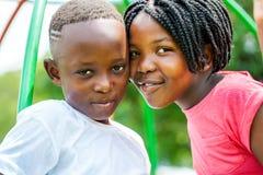 年轻非洲兄弟和姐妹加入的头户外 免版税库存图片