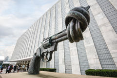 非暴力铜雕塑 免版税库存照片